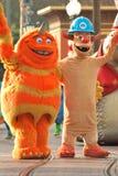 """""""Scarers"""" van de Pixar-film """"Monsters, Inc."""" in een parade in Disneyland, Californië stock foto"""