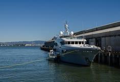 """""""szerokość,"""" jacht na molu w San Francisco porcie """" obrazy stock"""