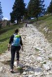 """""""Wandelaars wandeling die †op stijging in bergaard lopen op zonnige dag Royalty-vrije Stock Afbeeldingen"""