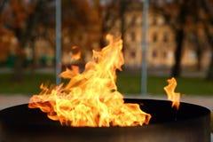 ‹Del †del ‹del †de las idiomas del fuego que quema en la vela Imagen de archivo libre de regalías