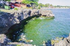 ‹Do †do ‹do †do mar poluído pelo lixo, pelos plásticos e pelas águas residuais na cidade de Santo Domingo, República Dominica fotografia de stock royalty free