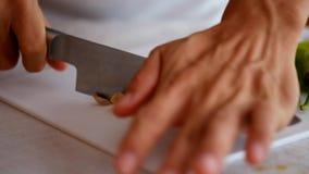 ‹Prepare do †que cozinha desbastando o vegetal video estoque