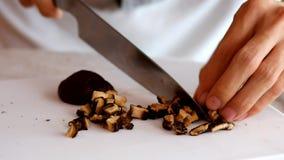 ‹Prepare do †que cozinha o cogumelo pela fatia filme