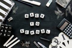 €œBack in bianco e nero dei rifornimenti e di parole di scuola al  dello school†Fotografia Stock