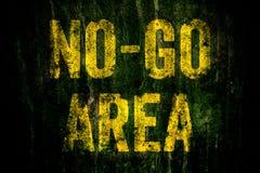 €œNo-gehen Areaâ€- Warnzeichen herein die gelben Briefe, die über dunkler grungy Betonmauer mit Moos gemalt werden Stockfotografie