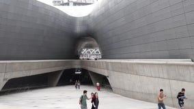 €ŽSEPTEMBER 10, 2017 di SEOUL, COREA DEL SUD La gente che cammina in punto di riferimento iconico della plaza di progettaz stock footage