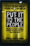 €˜Put giallo di Brexit al manifesto di March' della gente su una via a Londra, Regno Unito fotografia stock libera da diritti