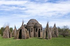 €™s Dougherty monumental de Patrick Doughertyâ do artista da terra ao lado da árvore ribboned do desejo foto de stock royalty free