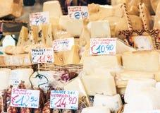 € «11-ое августа 2018 Катании, Сицилии, Италии: итальянские сыр и салями на рынке стоковые изображения