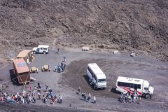 € «14-ое августа 2018 Катании, Сицилии: посещение Mount Etna туристов, действующий вулкан на восточном побережье Сицилии, Италии стоковые изображения rf
