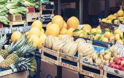 € «11-ое августа 2018 Катании, Сицилии: различные красочные свежие фрукты в рынке плода стоковое фото