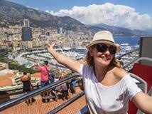 € «24-ое июля 2017 Монако, Франции: Туристская девушка имея потеху на двухэтажном автобусе (шине путешествия открытой покрытой)  Стоковые Фото