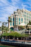 € «7-ое ноября 2017 EILAT, ИЗРАИЛЯ: Вход к Марине с комплексом прогулки и Hilton Hotel на предпосылке стоковая фотография rf