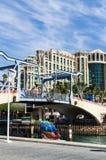 € «7-ое ноября 2017 EILAT, ИЗРАИЛЯ: вход к Марине с мемориальными drawbridge и Hilton Hotel стоковые фото