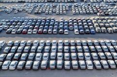 € «7-ое ноября 2017 EILAT, ИЗРАИЛЯ: новые автомобили выровнялись вверх в порте груза Eilat, Израиля стоковое фото