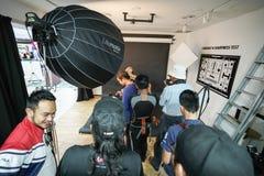 € «3-ье ноября 2018 Куалаа-Лумпур, Малайзии: Группа в составе фотографы уча творческий портрет во время фото снимая внутри стоковые изображения rf