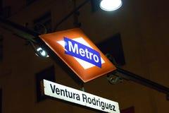 € «03 de Madrid/d'Espagne 03 2019 : Signe de lumière de logo de métro pour l'entrée souterraine à Madrid Espagne photo stock