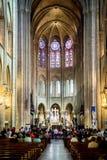 € «FRANCIA di PARIGI - 17 LUGLIO 2018: Interno della cattedrale con le finestre di vetro macchiato, Francia di Notre Dame de Par fotografia stock