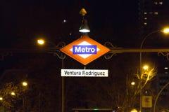 "€ ""03 do Madri/Espanha 03 2019: Sinal da luz de logotipo do metro para a entrada subterrânea no Madri spain fotografia de stock"