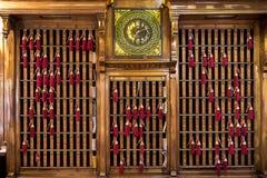 """€ """"ITALIA de VENECIA 6 de abril de 2017: Llavero del mostrador de recepción con llaves y borlas rojas fotos de archivo libres de regalías"""