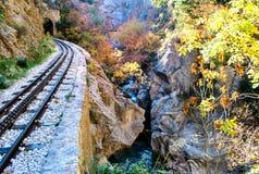 """€ """"Kalavrita de Diakopto da estrada de ferro de cremalheira de Odontotos, sob a sombra da montanha de Helmos Foto de Stock"""