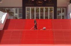 """€ de CANNES, FRANÇA"""" 19 de maio de 2017: Um homem limpa as etapas icónicas do tapete vermelho antes de festividades no festival  Imagem de Stock Royalty Free"""