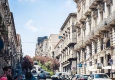 € de Catane, Sicile «le 4 août 2018 : beau paysage urbain de l'Italie, rue historique de Catane, Sicile, façade de vieux bâtime photo libre de droits