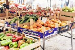 € de Catane, Sicile «le 13 août 2018 : Divers légumes frais colorés sur le marché de fruit image libre de droits