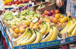 € de Catane, Sicile, Italie «le 11 août 2018 : divers fruits frais colorés sur le marché de fruit images libres de droits