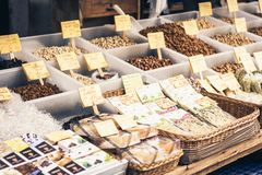 """€ de Catania, Sicília """"16 de agosto de 2018: frutos, especiarias e porcas secados no mercado de fruto imagens de stock royalty free"""