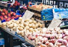 "€ de Catania, Sicília ""13 de agosto de 2018: Vários legumes frescos coloridos no mercado de fruto, Catania, Sicília, Itália foto de stock royalty free"