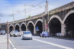 """€ de Catania, Sicília, Itália """"4 de agosto de 2018: opinião da rua: os carros vão na estrada perto da ponte foto de stock"""