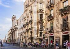 """€ de Catania, Sicília, Itália """"8 de agosto de 2018: os povos andam na rua principal da cidade, através de Etnea imagens de stock"""