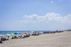 """€ de Catania, Sicília, Itália """"15 de agosto de 2018: os povos relaxam na praia imagens de stock royalty free"""