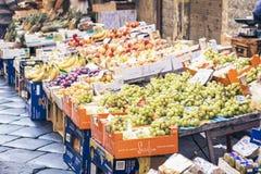"""€ de Catania, Sicilia, Italia """"11 de agosto de 2018: diversas frutas frescas coloridas en la mercado de la fruta foto de archivo"""
