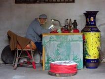 """€ de CHONGQING, CHINA """"CERCA DE SEPTEMPER 2016: Uma monge budista no templo de Shengshou que relata scriptures budistas imagens de stock"""