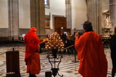 € de FLORENCE, ITALIE «LE 21 FÉVRIER 2019 : Moine bouddhiste allumant Sega dans le Duomo chrétien de cathédrale images stock