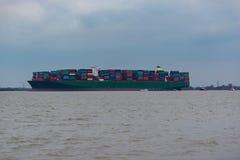 """€ de Hamburgo, Alemania """"6 de febrero: el envío de China de portacontenedores corre agroundon el 6 de febrero de 2016 en el Elba foto de archivo"""