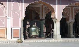 € de JAIPUR, RÀJASTHÀN «LE 29 JANVIER 2014 : Un pot énorme d'argent, où l'eau du Gange a été stockée dans les voyages images libres de droits