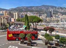 """€ de Mónaco, Francia """"24 de julio de 2017: Viaje rojo del autobús de dos plantas que conduce en las calles de la ciudad de Mónac Imagen de archivo libre de regalías"""