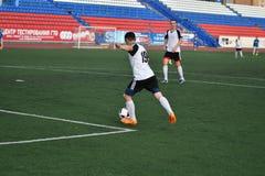 """€ de Orenburg, Rusia """"año del 8 de junio de 2017: Fútbol del juego de los muchachos Fotografía de archivo"""