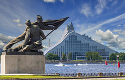 """€ de RIGA, LETÓNIA """"16 de julho de 2017: Terraplenagem do rio do Daugava com objetos arquitetónicos velhos e modernos no centro  Imagem de Stock"""