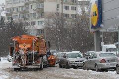 """€ de Sófia, Bulgária """"26 de fevereiro de 2018: Uma máquina do snowplow limpa o parque de estacionamento da loja de LIDL da neve  foto de stock royalty free"""