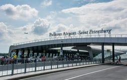"""€ de St Petersburg/de Rusia"""" 20 de julio de 2018: fuera de la terminal del aeropuerto internacional de Pulkovo en St Petersburg fotografía de archivo"""