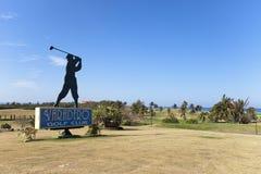 € de VARADERO, CUBA «LE 5 FÉVRIER 2013 : Silhouette du golfeur, signe pour le golf de Varadero photographie stock