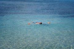 """€ dell'isola di Zacinto, Grecia """"24 settembre 2017: Giovane immersione subacquea bella dell'uomo al mare ionico, isola di Zacint fotografie stock libere da diritti"""