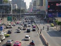€ di BANGKOK, TAILANDIA «11 MARZO 2019: ingorgo stradale sulla strada di Petchburi fotografia stock