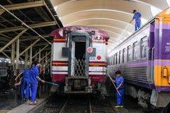 € di Bangkok, Tailandia «30 novembre 2018: Impiegati che puliscono il treno alla stazione ferroviaria immagini stock libere da diritti