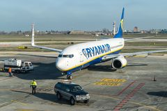 """€ di BOLOGNA, ITALIA """"febbraio 2016: Jet di Ryanair che arriva alla t Fotografie Stock"""