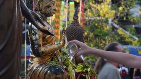 """€ di Chiang Mai """"11 maggio 2018: La tradizione di Inthakin Sai Khan Dok è i cittadini dei fiori d'offerta di Chiang Mai per la c stock footage"""